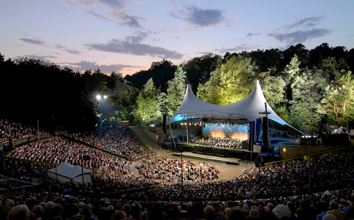 Traditional Waldbühne Concert of the Berliner Philharmoniker this year as a review with live presenter.