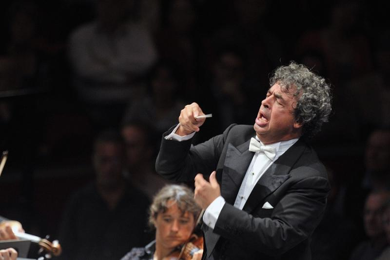 Semyon Bychkov conducts the Czech Philharmonic to an audience of 500 – Wednesday 24 June.